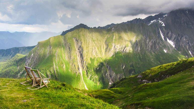 Abends im Liegestuhl in den Bergen sitzen: Unbezahlbar