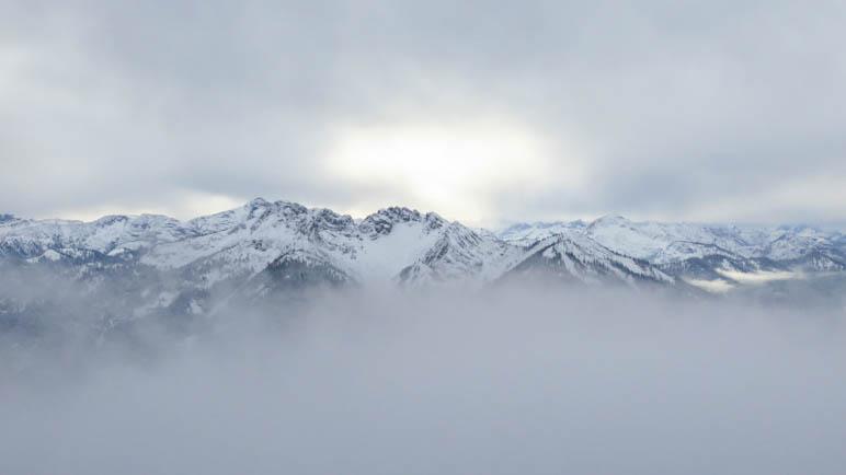 Berge, schon fast vom Nebel verschluckt