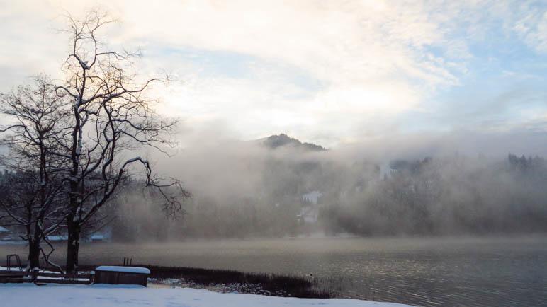 Nebelschwaden ziehen über den Spitzingsee