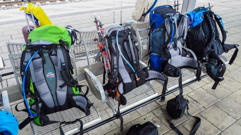 Schon zehn Liter weniger, bei einem Wandertag mehr. Rucksäcke warten am Ostbahnhof auf den Zug nach Jenbach