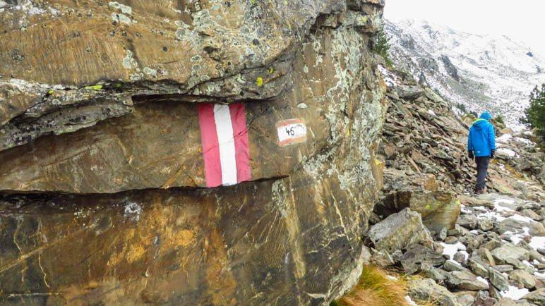 Der Abstiegsweg geht zunächst wieder über Felsplatten