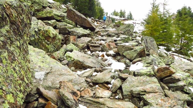 Über Felsplatten bergauf Richtung Viggarspitze