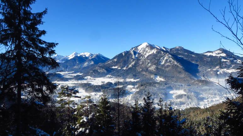 Ein Blick über das Tal der Tiroler Ache hinüber in Richtung Hochplatte