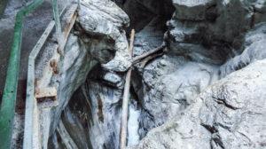 Ein Blick nach unten in das Gewirr aus Fels, Wasser und eingeklemmtem Holz