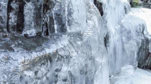 EIne gefrorene Wand direkt am Weg