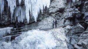 Der Weg führt hinter der Eiszapfenwand entlang