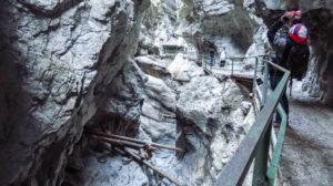 Eine enge Stelle in der Breitachklamm, in der sich einige Baumstämme verkantet haben