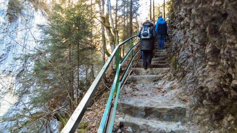 Nach der Breitachklamm führt der Weg über Treppen bergauf