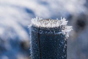 Eiskristalle auf einem Pfosten