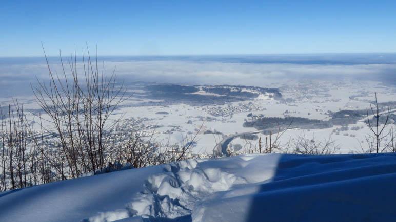 Derr Blick über Grassau und den im Nebel liegenden Chiemsee