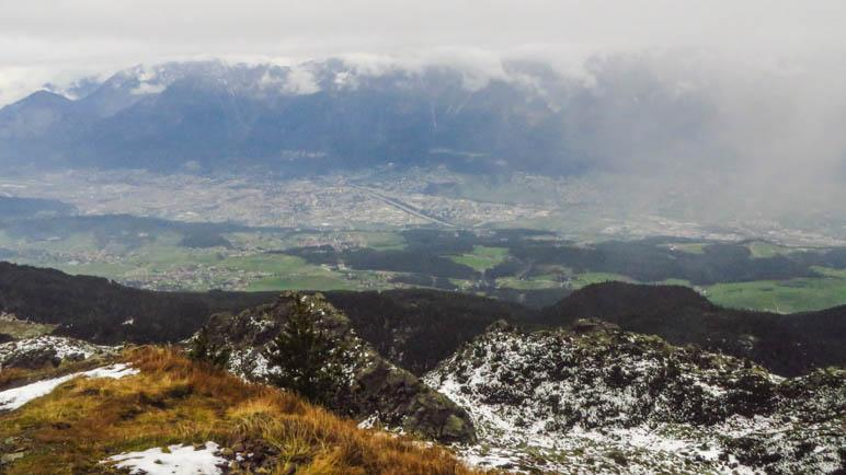 Tief unter uns liegt Innsbruck, gegenüber die mächtige Nordkette