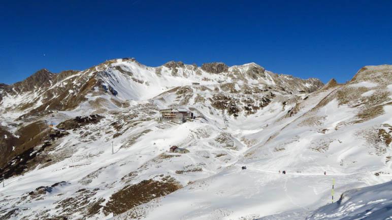 Der Gipfelbereich des Nebelhorns mit den Seilbahnstationen und dem Gipfelgebäude