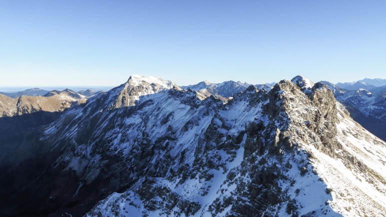 Östlich des Nebelhorn-Gipfels beginnt der Hindelanger Klettersteig