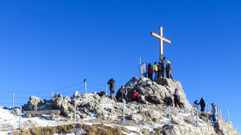 Der Gipfel des Nebelhorns mit dem Gipfelkreuz ist von der Terrasse in einer Minute erreichbar