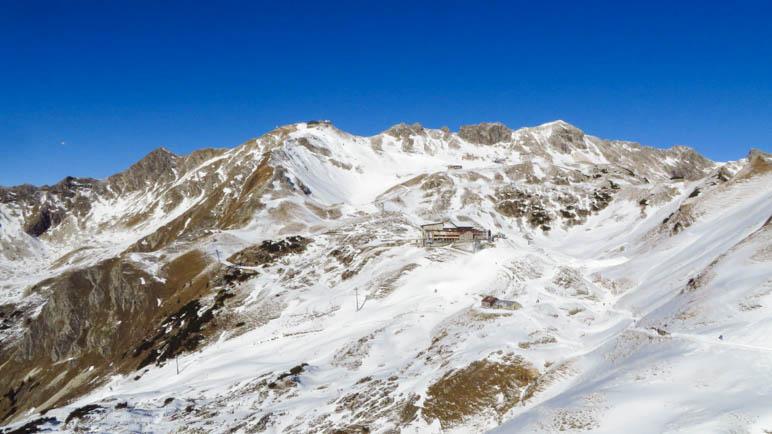 Der große Gund und der Gipfelbereich des Nebelhorns. In der Bildmitte liegen Seilbahnstation und Edmund-Probst-Haus