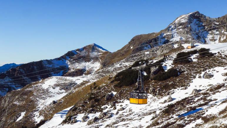 Eine Gondel der Nebelhornbahn bei der Fahrt ins Tal
