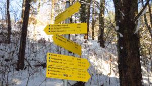 Reichlich Auswahl. Wanderwegweiser am Parkplatz bei Marquartstein