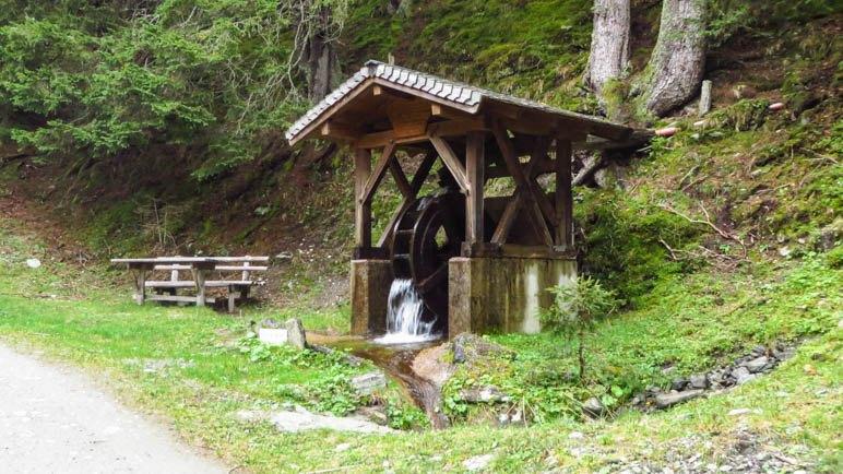 Das Wasserrad erinnert an die ehemaligen Mühlen, die alle nicht mehr existieren