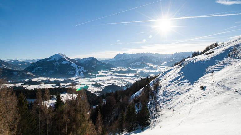 Von der Taubenseehütte blickt man auf Kössen, das Unterberghorn und das Kaisergebirge
