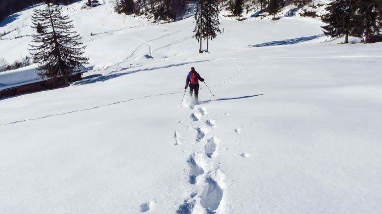 Bergab rennen auf Schneeschuhen. Geht.