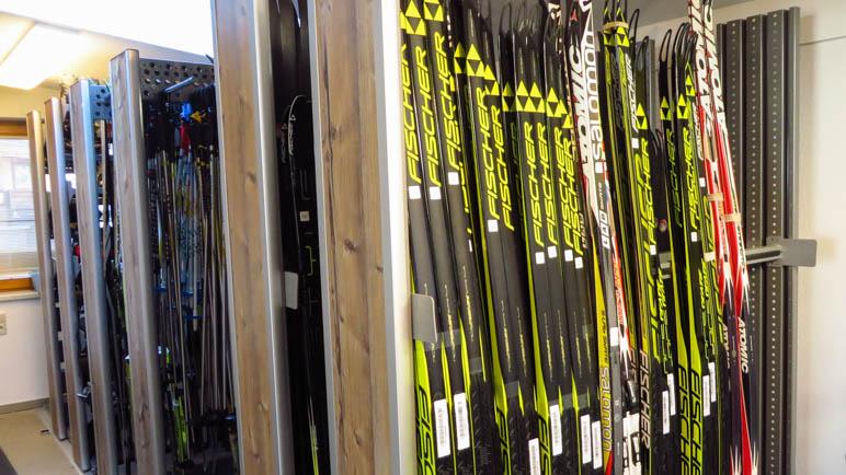 Im Skiverleih - zum Glück werden die passenden Ski für uns ausgesucht