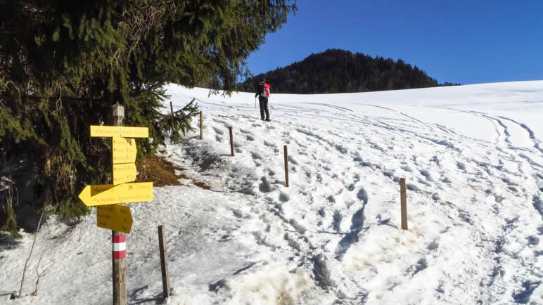 Der erste Anstieg durch den tiefen Schnee startet gleich am Parkplatz Gugg