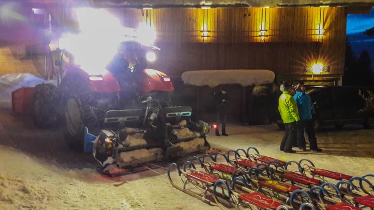 Alle sind angekommen: Die Schlitten hinter dem Traktor oben an der Jufenalm