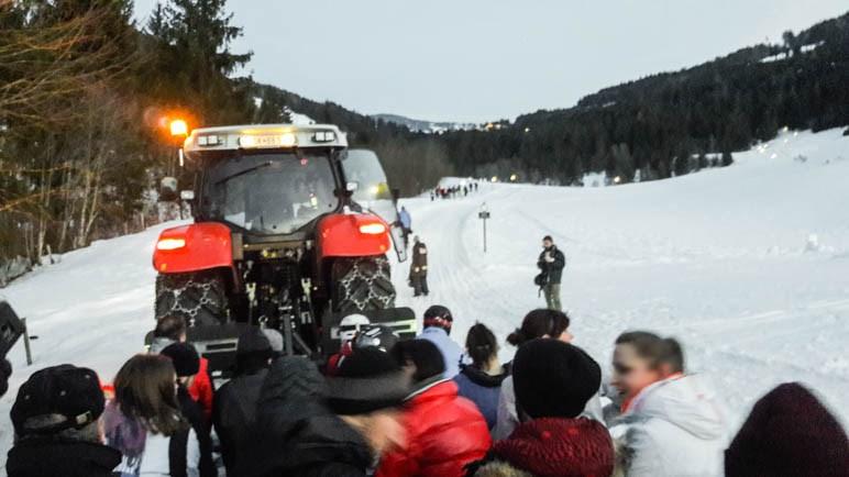 Gleich geht es los: Hinter dem Traktor durch den Winterwald