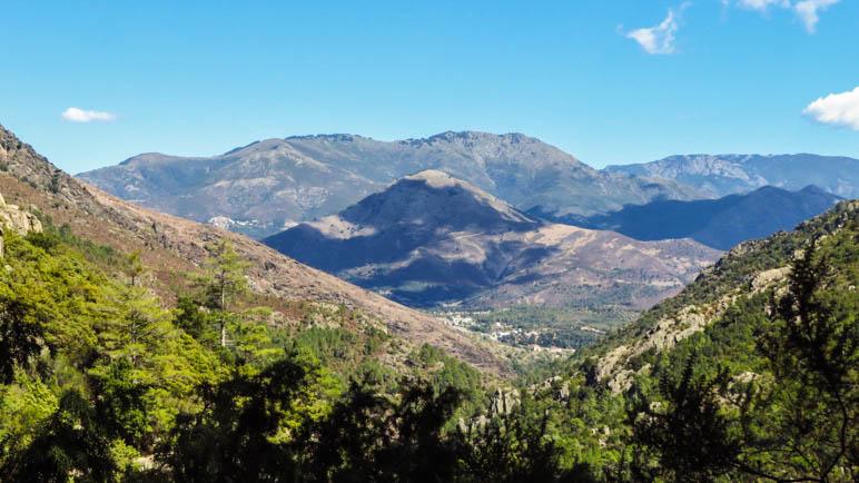 Der Blick auf die Berge und die Stadt Corte