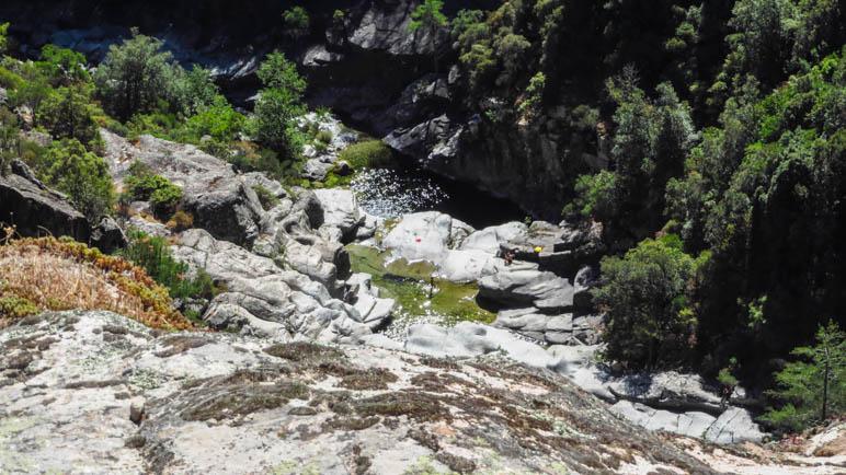 Die ersten Gumpen sind zu sehen, weit unterhalb des Weges