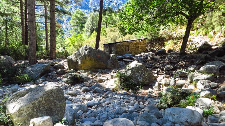 An der Steinhütte im Wald