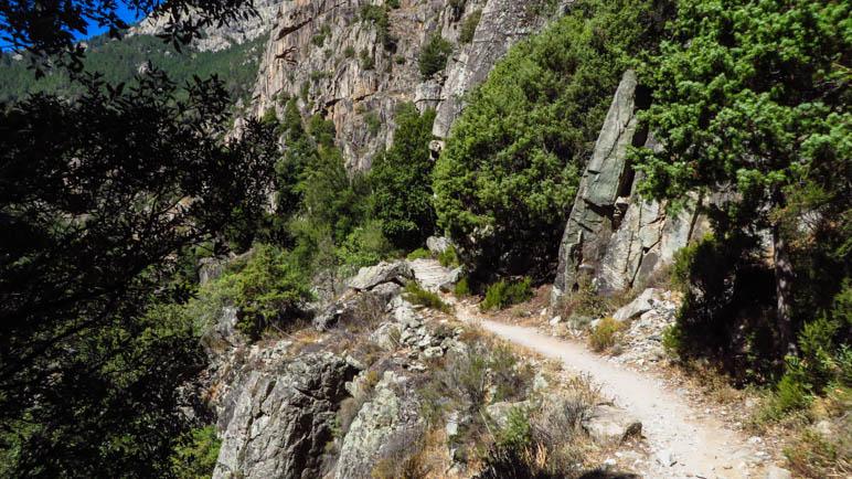 Der Wanderweg an einer steilen Felswand