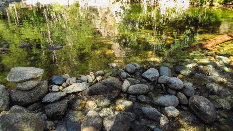 Wasserspiegelungen in den Gumpen