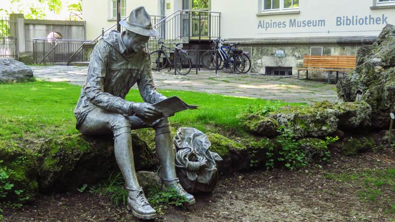 Er hat Zeit: Der Kartenleser im Garten des Alpinen Museums