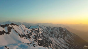 Ein weiter Blick über die abendlichen Allgäuer Berge