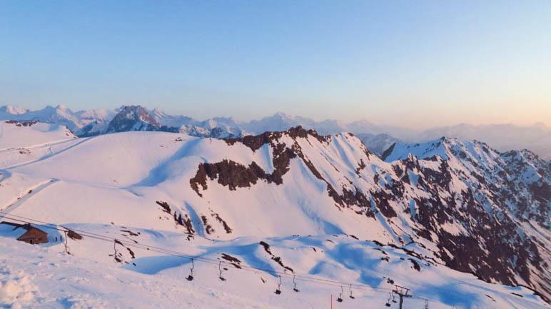 Der Schnee am Hüttenkopf, Seeköpfel und Schattenberg, blaurosa gefärbt im Abendlicht
