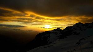 Ein schwarz-goldener Blick über Oberstdorf hinweg nach Westen