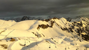 Dunkler Abendhimmel und hell erleuchteter Schnee