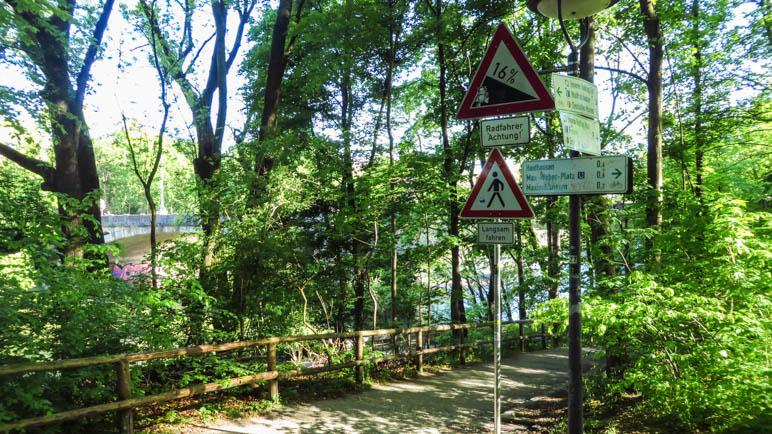 Es geht steil bergab: 16% Gefälle in den Maximiliansanlagen hinunter zur Unterführung der Maximiliansbrücke