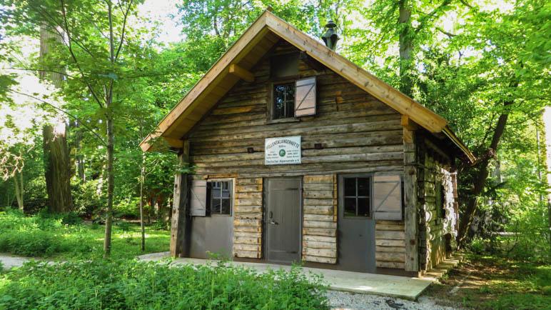 Die Ur-Hölle, die erste Höllentalangerhütte, wurde im Garten des Alpinen Museums wieder aufgebaut