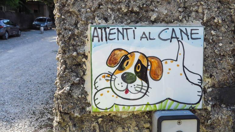 Vorsicht vor dem Hund - dieser hier sieht allerdings sehr nett aus. An der Einsiedelei