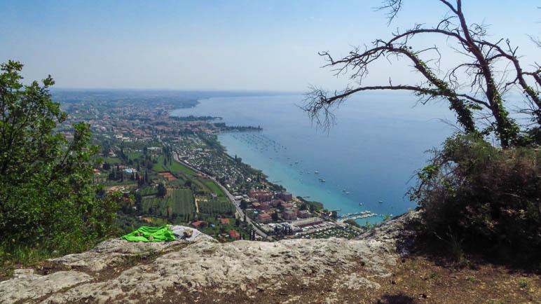 Der Blick auf Bardolino, im Bildvordergrund die Abbruchkante des Gipfelplateaus