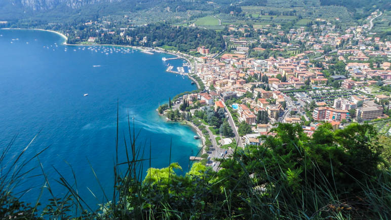 Direkt unter uns liegt der Ort Garda mit der langen Uferpromenade