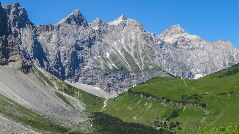 Die mächtigen Lalidererwände. Rechts im Bild sieht man ganz klein die Falkenhütte