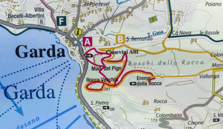 In der Karten am Hafen von Garda sind die Wanderwege auf die Rocca eingezeichnet