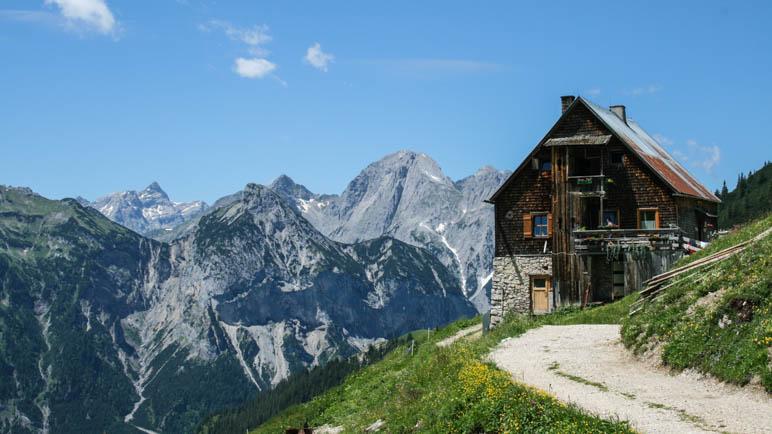 Die Plumsjochhütte, eine besonders urige, privat bewirtschaftete Hütte im Karwendel