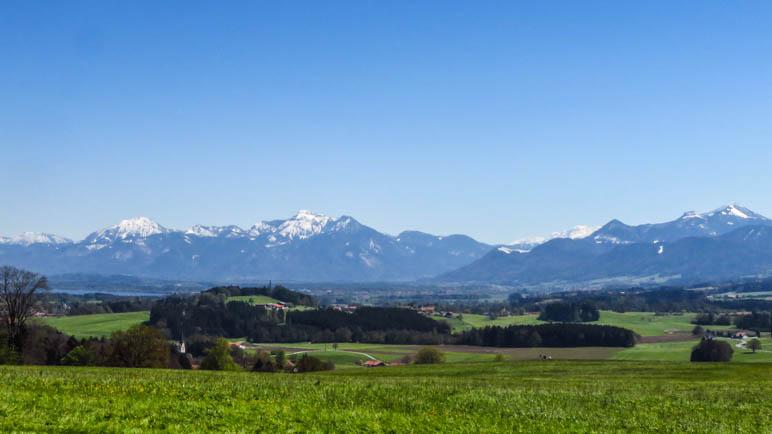 Ausblick von der Ratzinger Höhe auf die Chiemgauer Berge