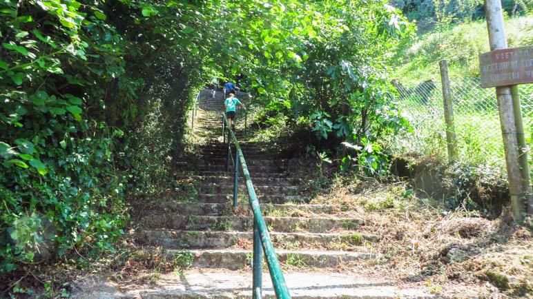 Zunächst führt der Weg über Treppen bergauf