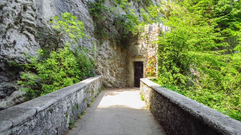 Auf der Brücke die zur Eingangspforte des Wallfahrtsortes führt