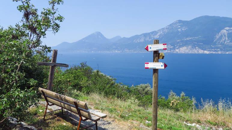 Kein Gipfelkreuz, aber eine tolle Aussicht auf den Gardasse gibt es hier noch